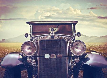 Photo pour Une voiture vintage regarde l'objectif . - image libre de droit