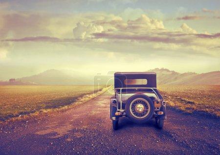 Photo pour Une voiture d'époque est sur une route désolée, dans un désert . - image libre de droit