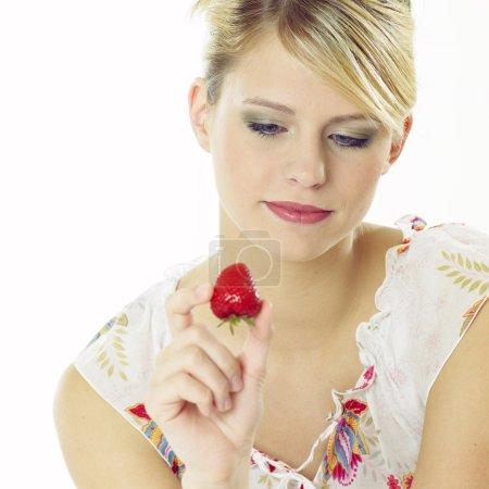 Photo pour Femme avec une fraise - image libre de droit