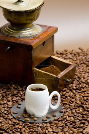 Photo pour Moulin à café avec grains de café et tasse de café - image libre de droit