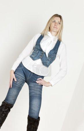 Photo pour Femme debout, portant des vêtements à la mode - image libre de droit