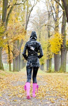 Photo pour Femme dans la ruelle automnale - image libre de droit
