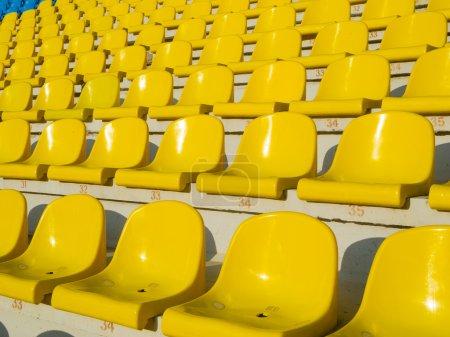 Photo pour Sièges de stade vide jaune - image libre de droit