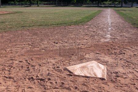 Photo pour Une vue sur toute la ligne droite d'un terrain de baseball de marbre. - image libre de droit