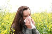 Mladá žena má sennou rýmu