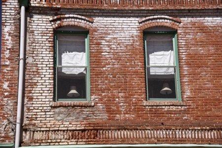 Photo pour Extérieur d'un bâtiment historique en brique dans une ville minière de l'ouest des États-Unis . - image libre de droit