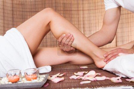Photo pour Belle jeune femme se pieds massage soins au spa - image libre de droit