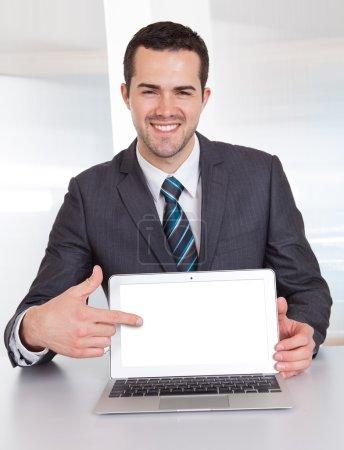 Photo pour Homme d'affaires prospère travaillant au comptoir au bureau - image libre de droit
