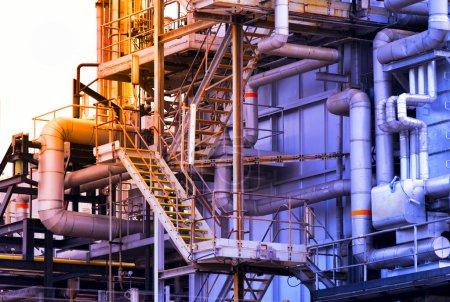 Photo pour Bâtiment industriel, Canalisations en acier - image libre de droit