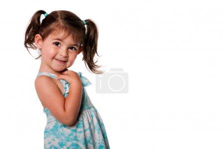 Photo pour Fille belle mignonne enfant en bas âge avec des nattes pointant sur elle-même en robe d'été bleu, isolé. qui, me expression. - image libre de droit