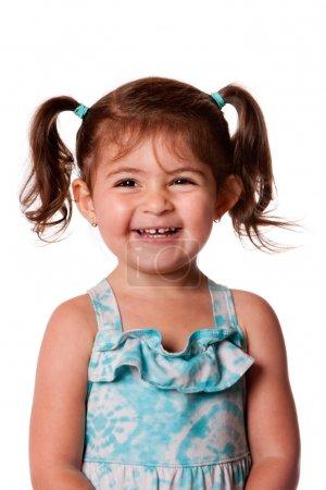 Photo pour Belle expressive adorable heureux riant souriant jeune bambin fille mignonne avec des queues de cheval montrant les dents, isolés. - image libre de droit
