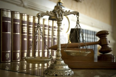 Photo pour Symbole du droit et de la justice, concept de droit et de justice, se concentrer sur les échelles - image libre de droit
