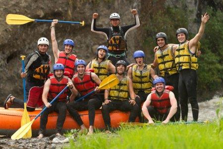 Photo pour Grand groupe de jeunes prêts à faire du rafting - image libre de droit