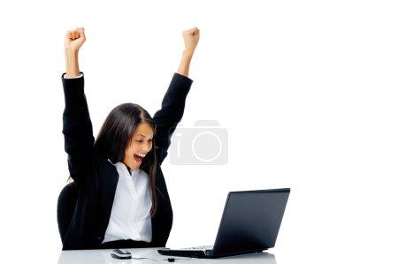 Photo pour Femme avec des bras d'ordinateur portable levés dans la célébration victorieuse du succès, isolé sur blanc - image libre de droit