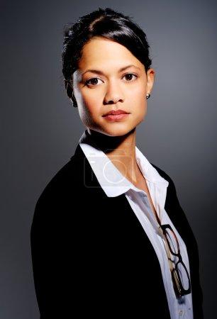 Photo pour Professionnel en costume pose pour un portrait, avec un éclairage dramatique - image libre de droit