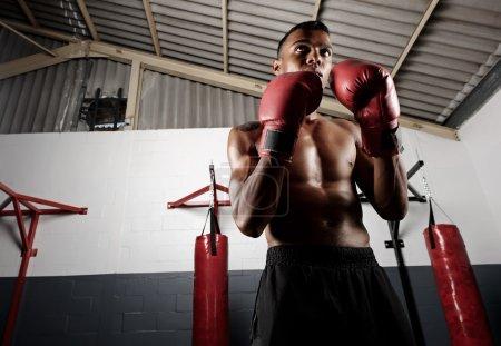 Photo pour Portrait d'un jeune boxeur confiant dans la salle de gym - image libre de droit