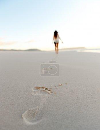 Photo pour Femme marche seule sur une plage déserte, solitude, concept serein et solitaire. vacances insouciantes dans la nature - image libre de droit