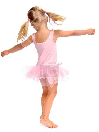 Photo pour Jeune fille danse ballet dans son tutu de ballerine, isolé sur blanc en studio - image libre de droit