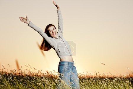 Photo pour Portrait extérieur d'une femme sur une prairie libérant - image libre de droit