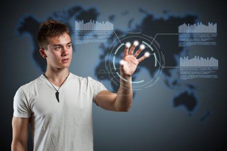Photo pour Jeune homme naviguer interface de réalité virtuelle holographique. - image libre de droit
