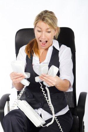 Foto de Destacó la joven empresaria lidiando con un montón de llamadas al mismo tiempo - Imagen libre de derechos