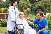 Mužské doktor mluví starší pacient