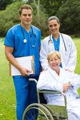 Skupinový portrét lékaře, zdravotní sestry a starší pacient