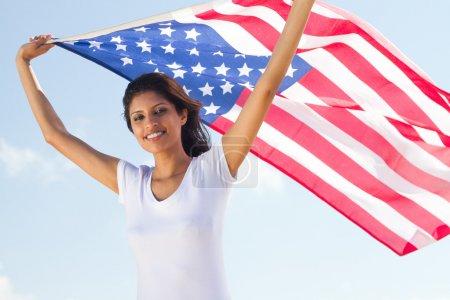 Photo pour Heureuse jeune femme tenant le drapeau américain - image libre de droit