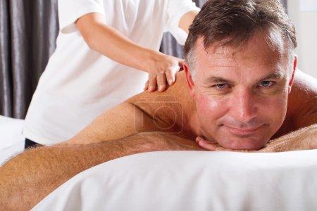 Photo pour Homme d'âge mûr ayant des massage au salon spa - image libre de droit