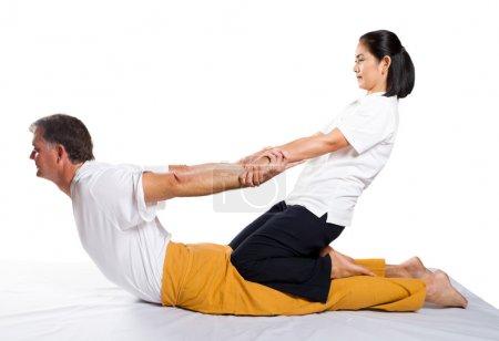 Photo pour Homme du milieu âgé recevant le massage par le thérapeute en position thaïlandaise traditionnelle - image libre de droit