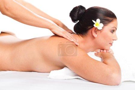 Photo pour Jeune femme jolie, recevant le massage du dos en spa - image libre de droit