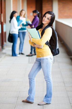 Photo pour Groupe d'étudiants collégiaux debout par couloir - image libre de droit
