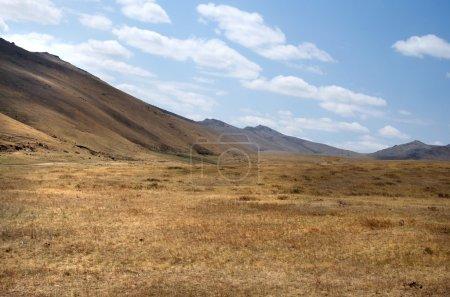 blauer Himmel über der riesigen mongolischen Steppe