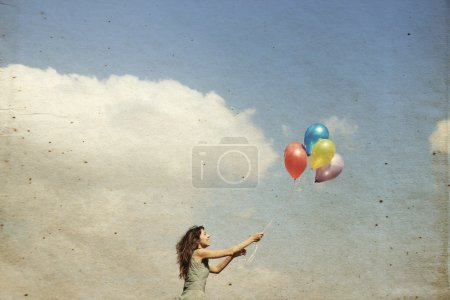 Photo pour Jeune femme avec des ballons colorés - image libre de droit