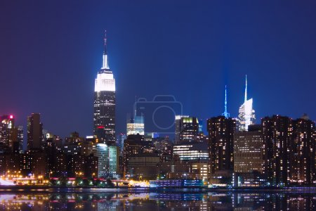 Photo pour La ville de New york dans la nuit - image libre de droit