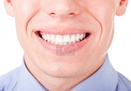 Photo pour Jeune homme montre ses dents dans un sourire - image libre de droit