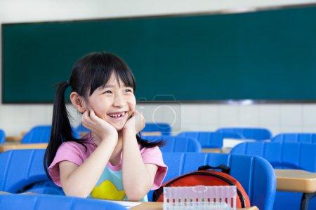 Photo pour Bonne petite fille dans la salle de classe - image libre de droit