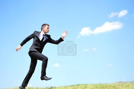Photo pour Homme d'affaires courant dans la nature - image libre de droit