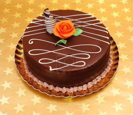 Photo pour Gâteau au chocolat avec des ornements de chocolat blanc et rose de massepain d'orange - image libre de droit