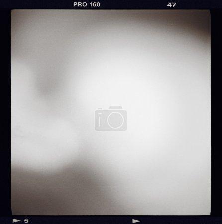 Photo pour Cadre de film noir et blanc monochrome moyen format (6x6) avec remplissage abstrait contenant une fuite de lumière, effet grain vintage ajouté, sorte de fond - image libre de droit