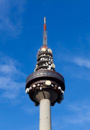Photo pour Madrid TV Tower, Espagne, où sont produites des nouvelles télévisées et des programmes de la chaîne publique espagnole. TorrespaXoa a une hauteur de 232 mètres avec l'antenne de communication. A commencé à monter le 17 février 1981 et a été achevé en 13 mois . - image libre de droit