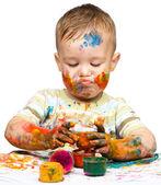 Kisfiú játszik a festékek