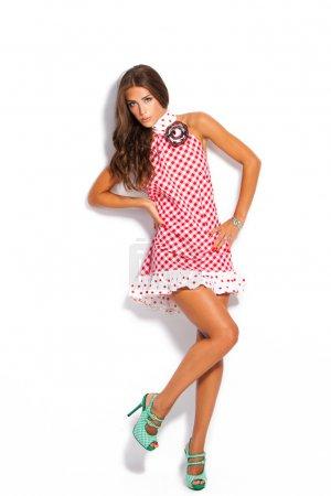 Photo pour Jeune mannequin en robe d'été et chaussures à talons hauts studio blanc - image libre de droit