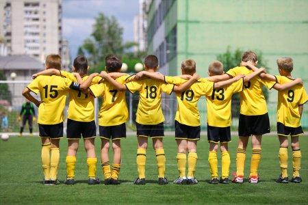 Photo pour Équipe de football en jaune uniforme au cours de la peine - image libre de droit