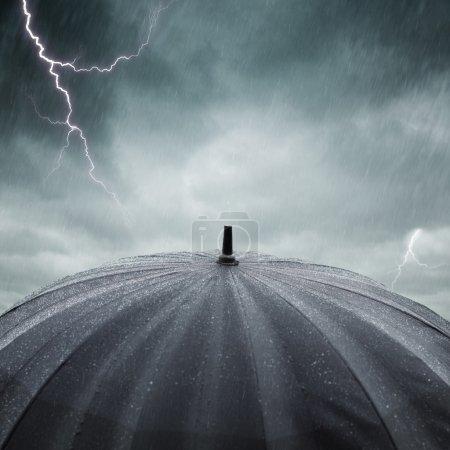 Photo pour Parapluie mouillé noir, mise au point sélective sur le centre de la photo - image libre de droit