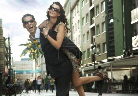 Photo pour Joyeux jeune portant des lunettes de soleil - image libre de droit