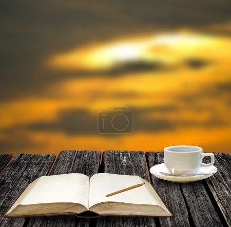 Photo pour Reste pour écrire sur le carnet de notes et boire du café chaud avec vue sur le coucher du soleil - image libre de droit