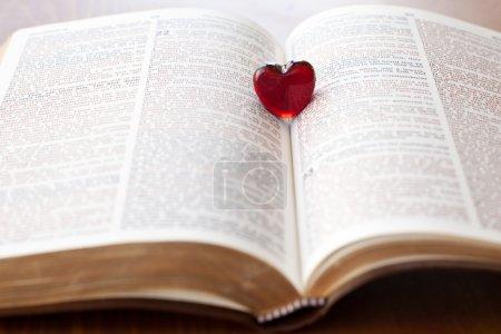 Photo pour Coeur sur une bible, amour pour la parole de Dieu - image libre de droit