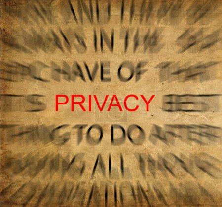 Photo pour Texte flou sur papier vintage mettant l'accent sur la confidentialité - image libre de droit