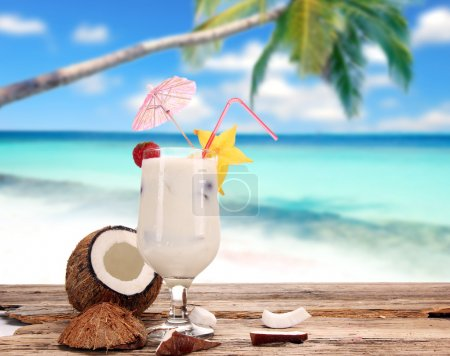 Photo pour Cocktails de fruits sur une plage - image libre de droit